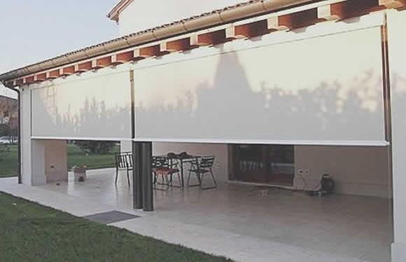 Protecci n solar en una casa estudio arq carlos paredes for Cortinas plastico para exteriores